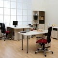 Kantoor met bureau's en bureaustoel